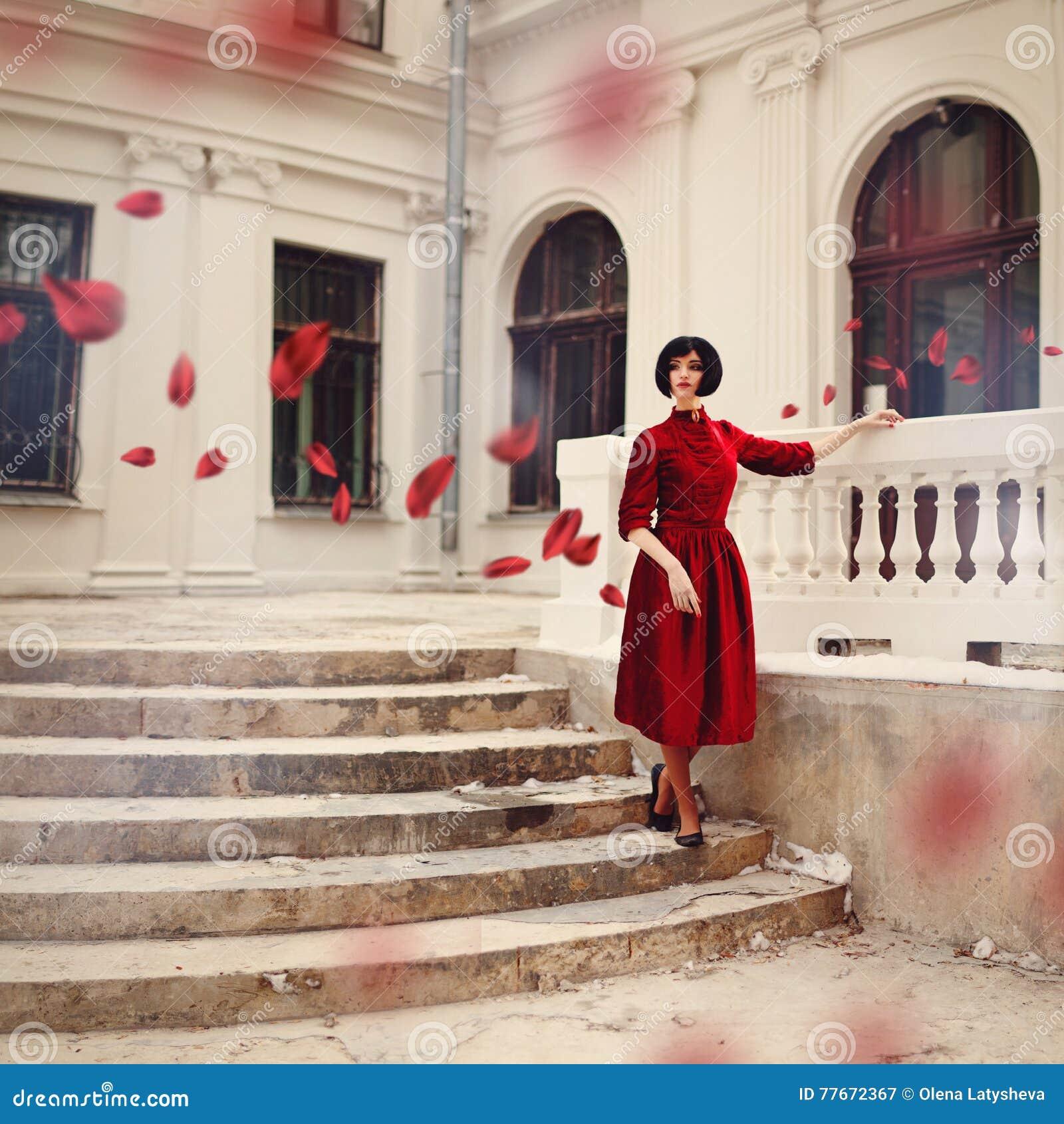 Schone Brunettefrau Die Das Rote Kleid Stehend Auf Treppe Tragt Stockbild Bild Von Rote Stehend 77672367