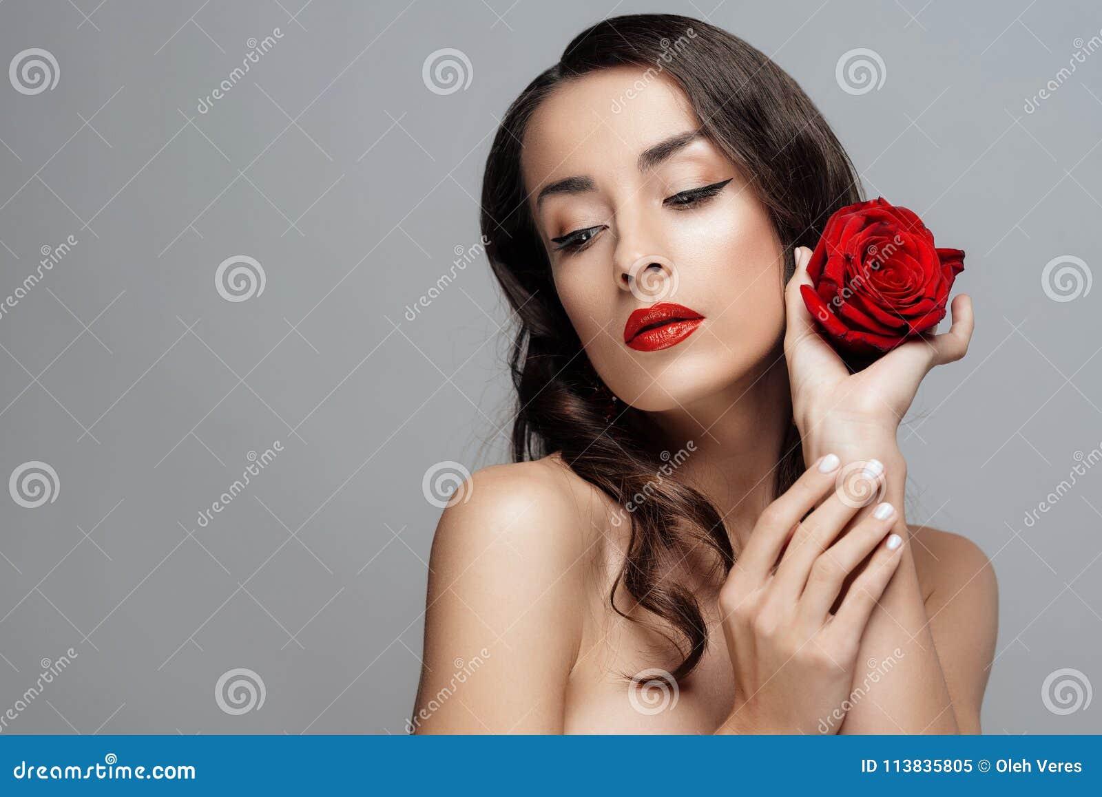 Schöne Brunettefrau mit rotem Lippenstift auf Lippen Nahaufnahmemädchen mit stieg
