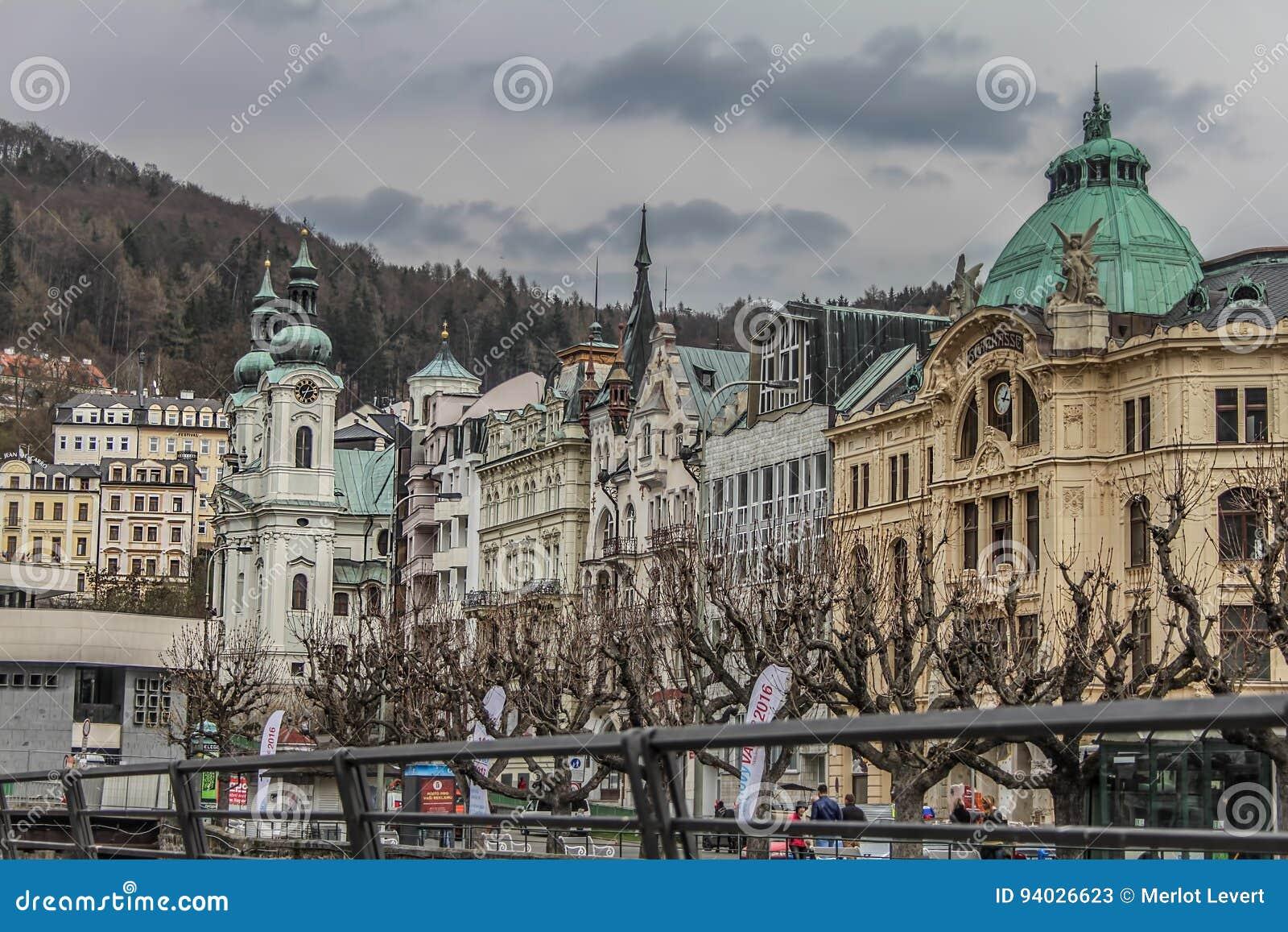 Schöne bunte Gebäude nahe bei dem Ufer des Flusses in Karlovy Vary