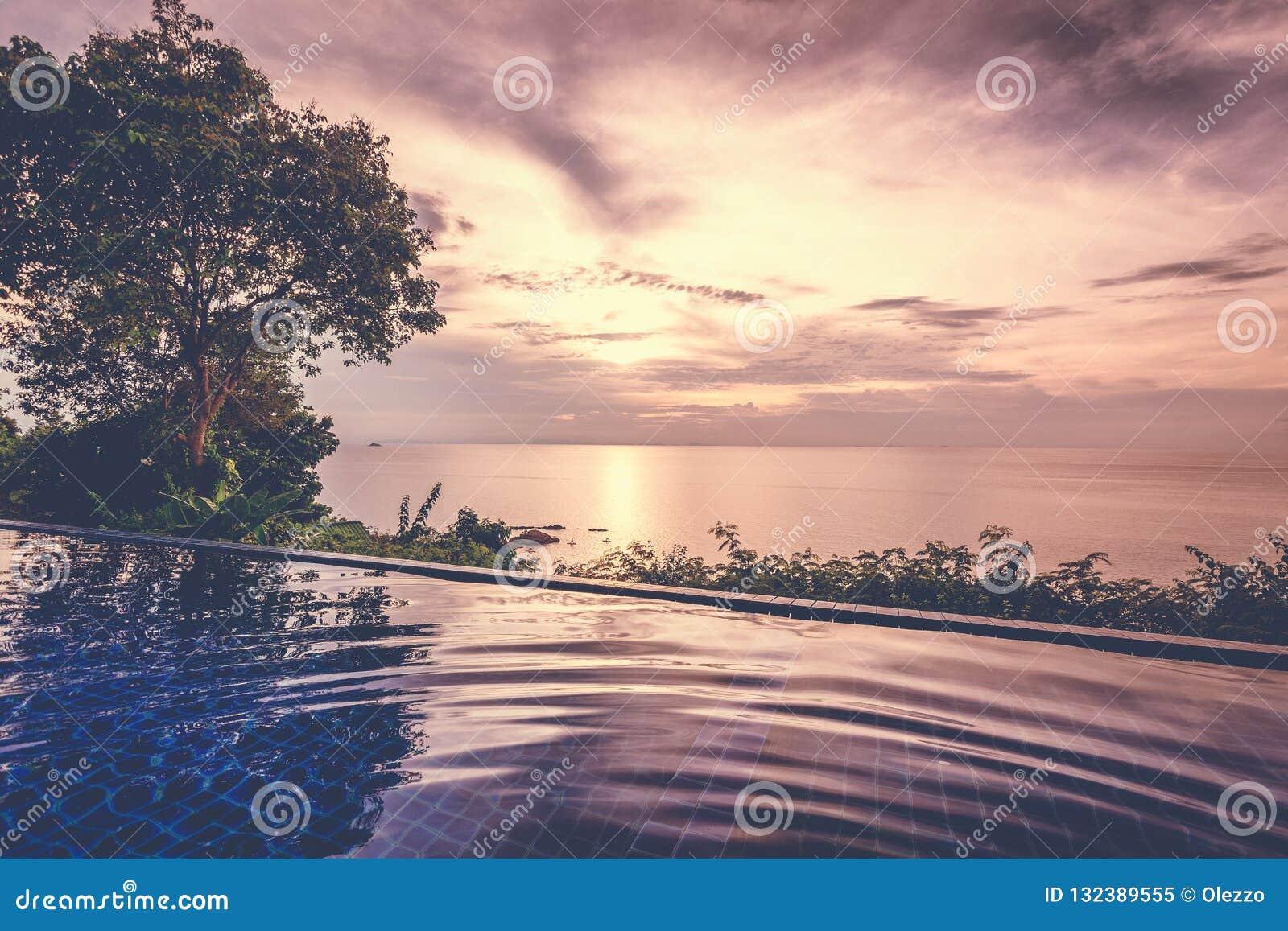 Schöne bunte Landschaft, Unendlichkeitspool im Meer bei Sonnenuntergang