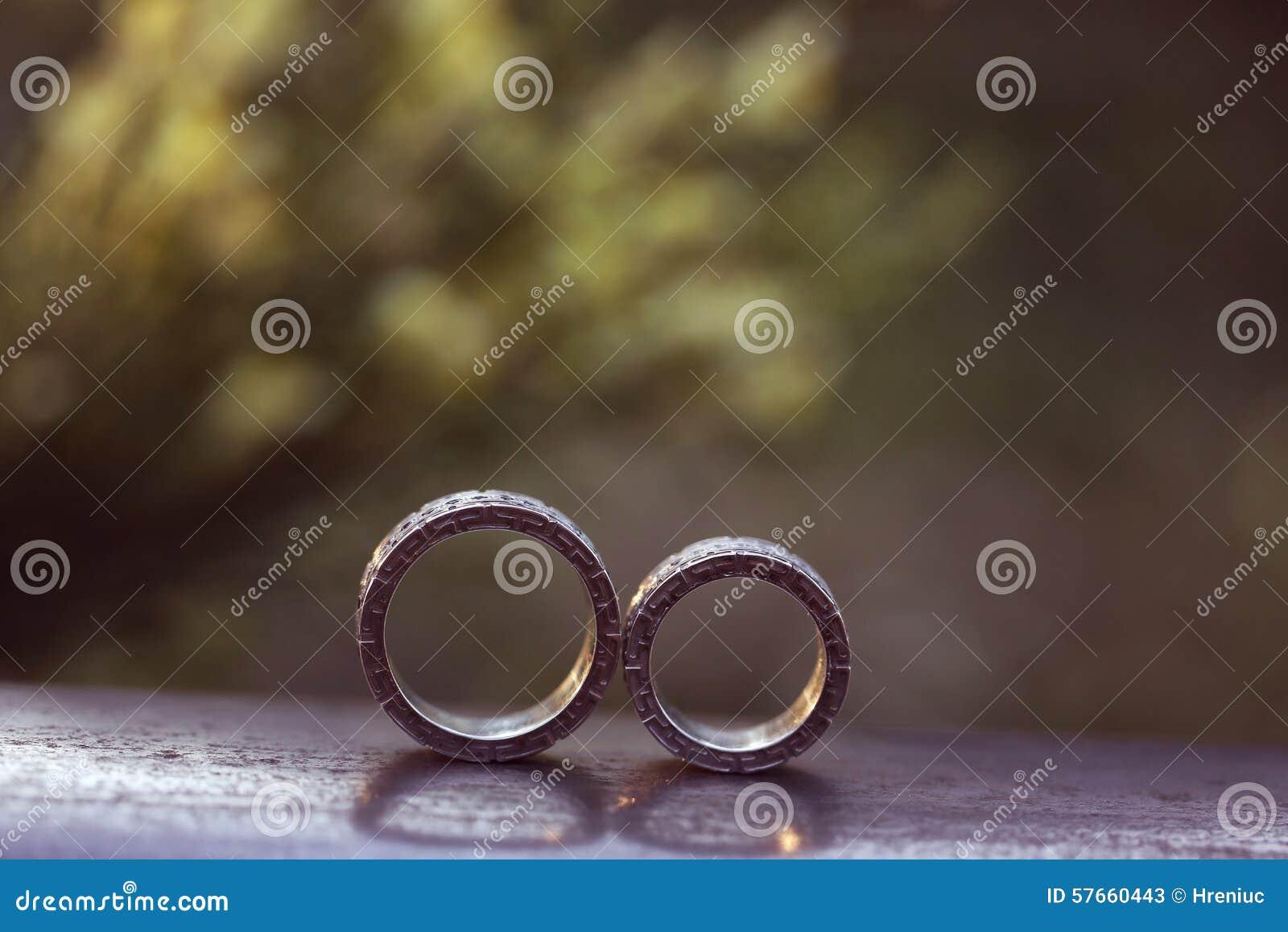 Ähnlichere stock Bilder von ` Schöne Eheringe auf Holz `