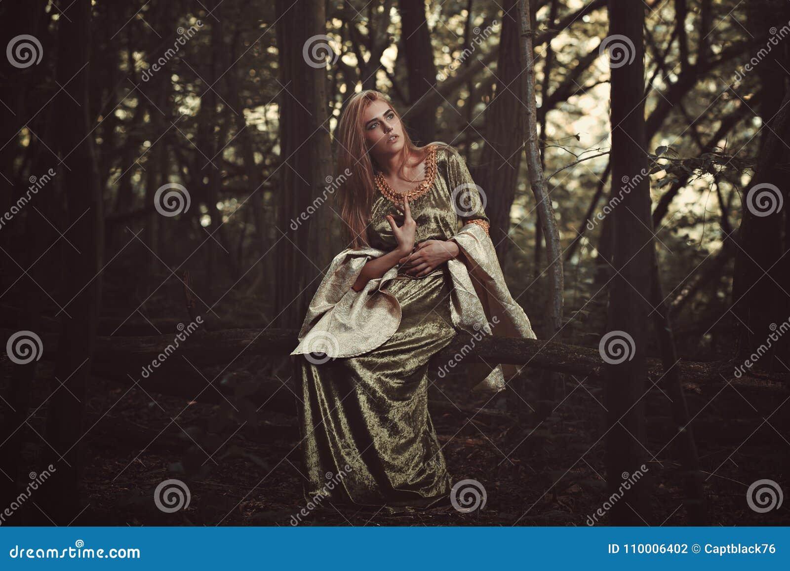 Schöne Elfendame im magischen Wald