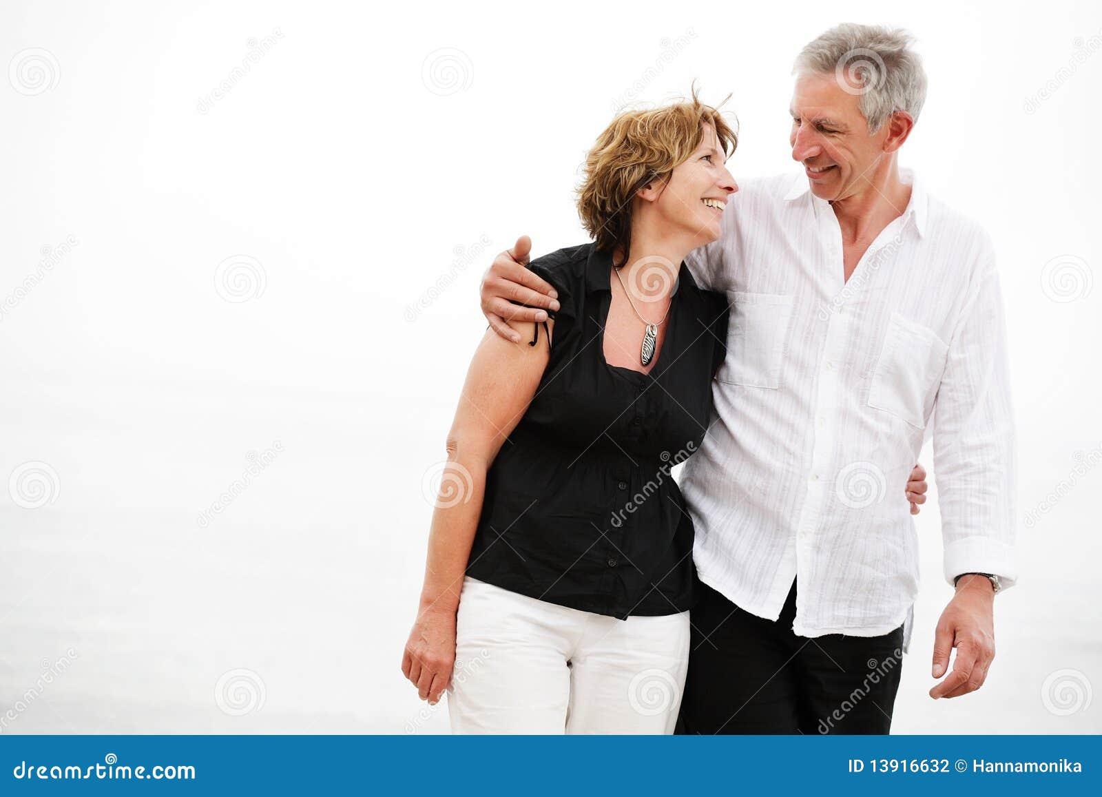 Schöne fällige Paare, die einen romantischen Spaziergang machen
