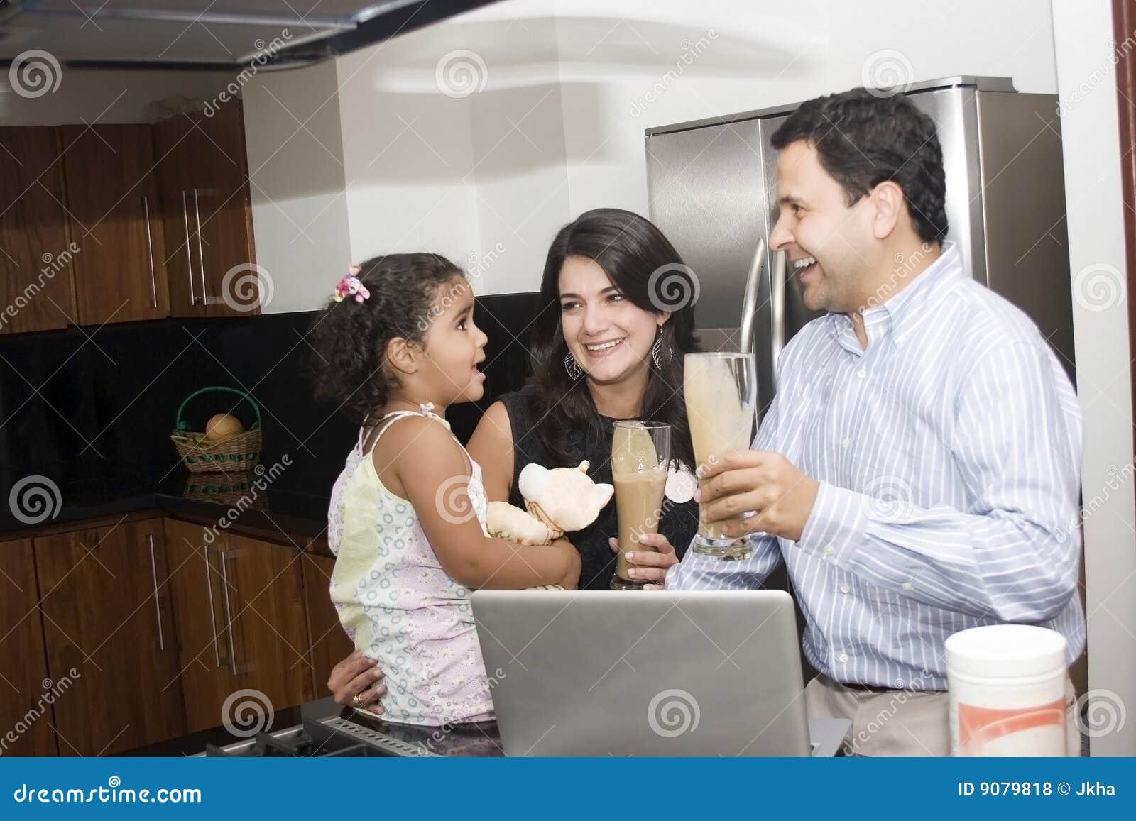 Schöne Familie, die in der Küche kocht