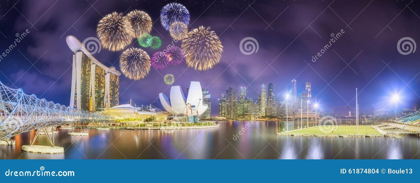 Schöne Feuerwerke in Marina Bay, Singapur-Skyline