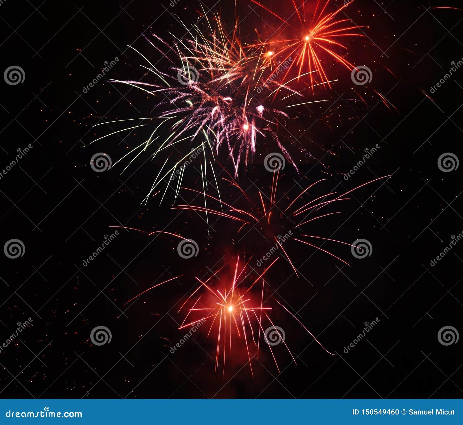 Schöne Feuerwerke von verschiedenen Arten