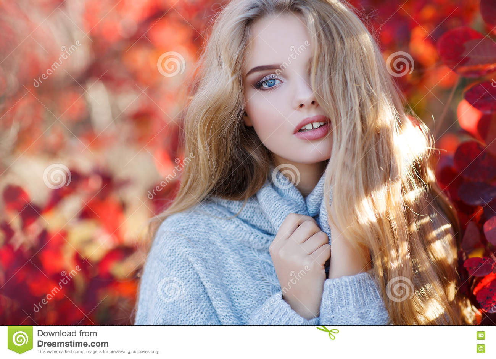 Schöne Frau im Herbstpark