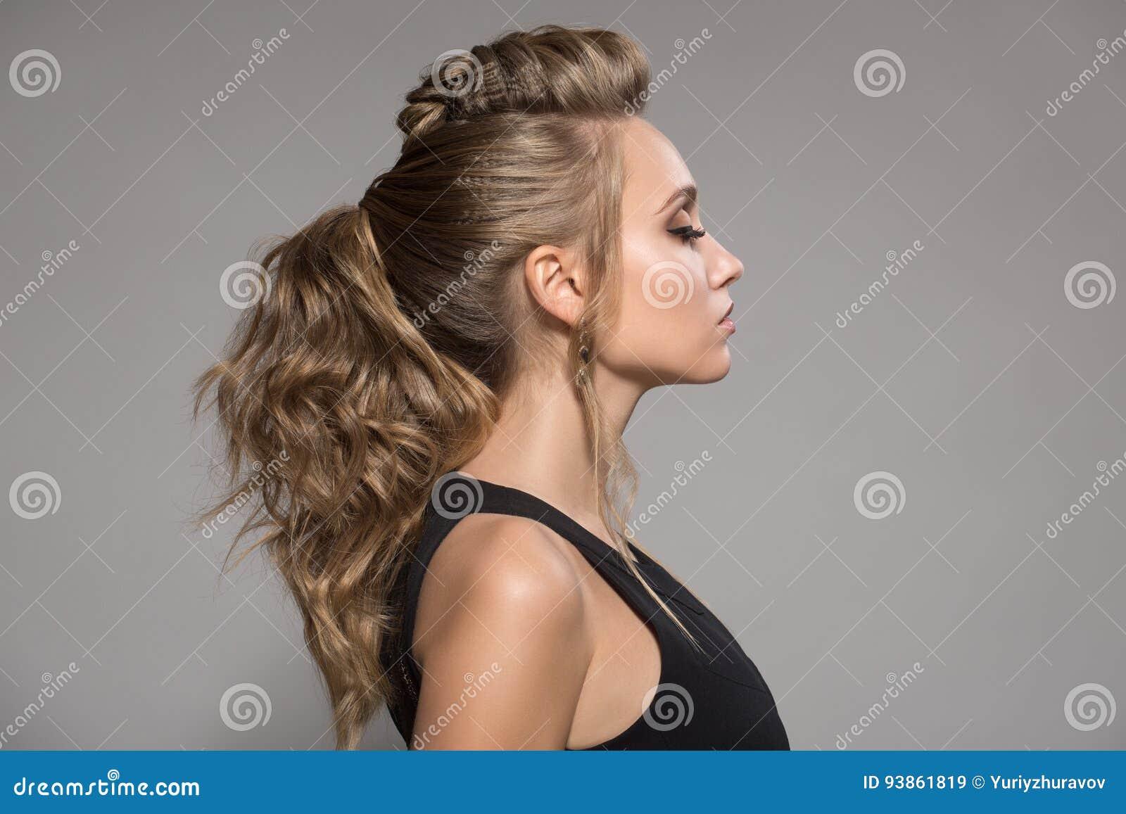 Schöne Frau Im Schwarzen Kleid Frisur Und Helles Make Up