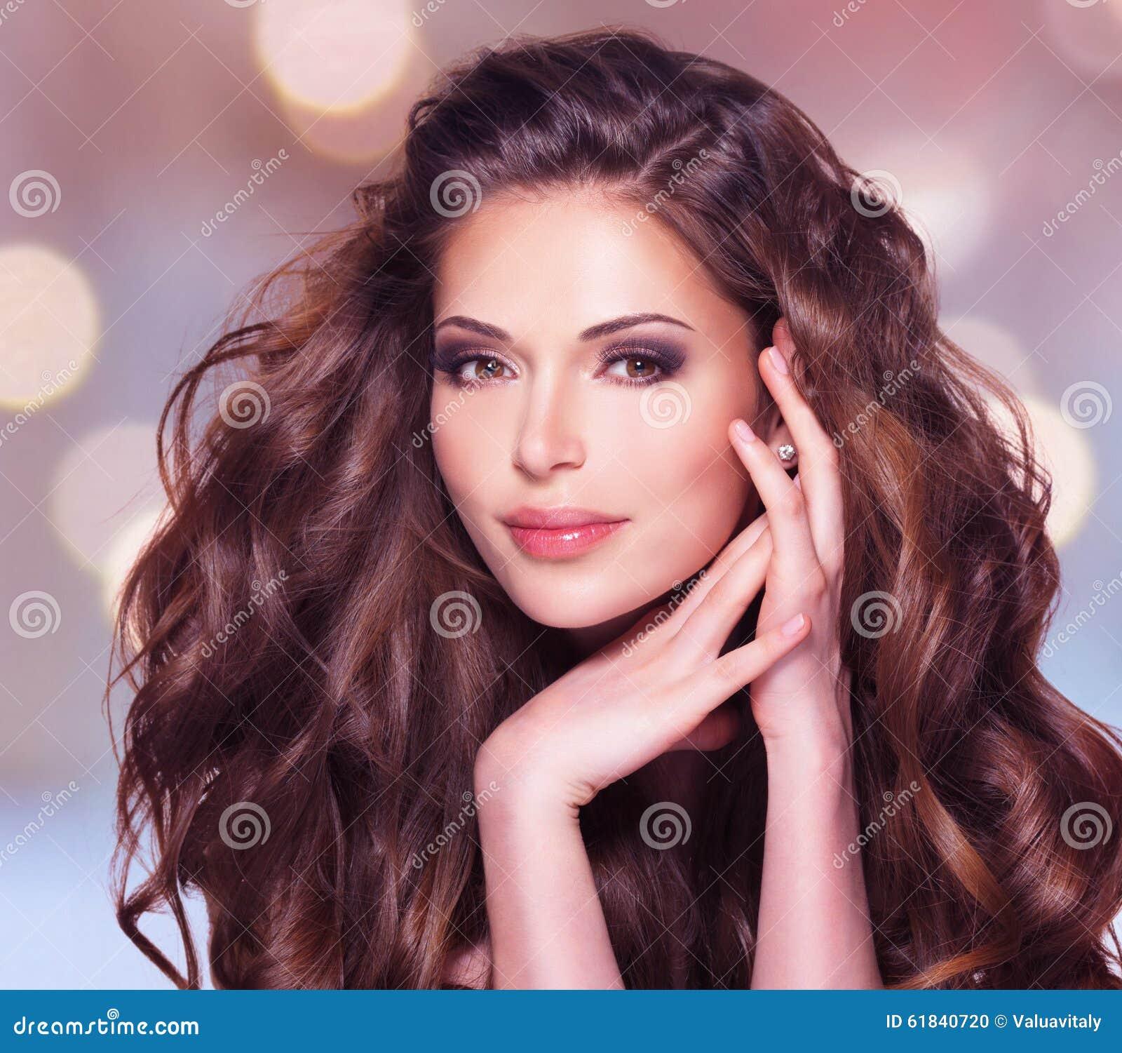 hübsche frau braune haare
