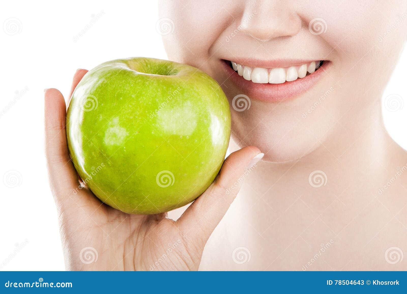 Schöne Frau mit grünem Apfel