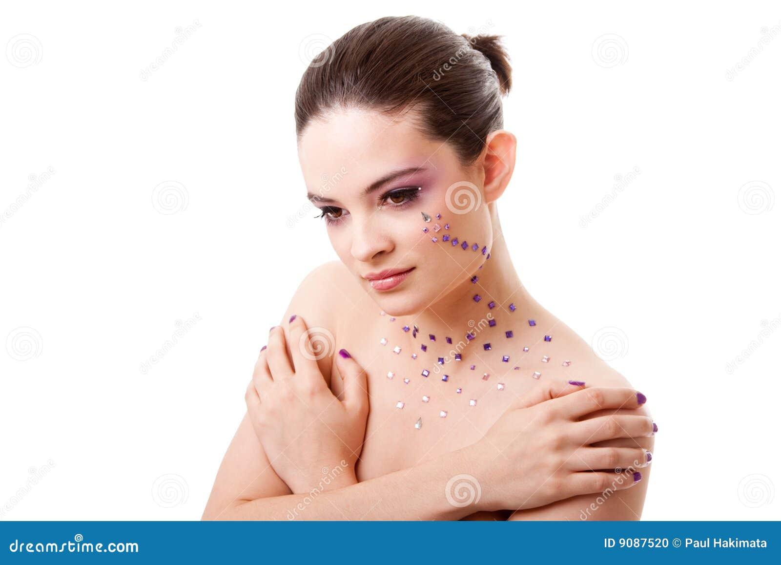 Schöne Frau mit purpurroter Verfassung