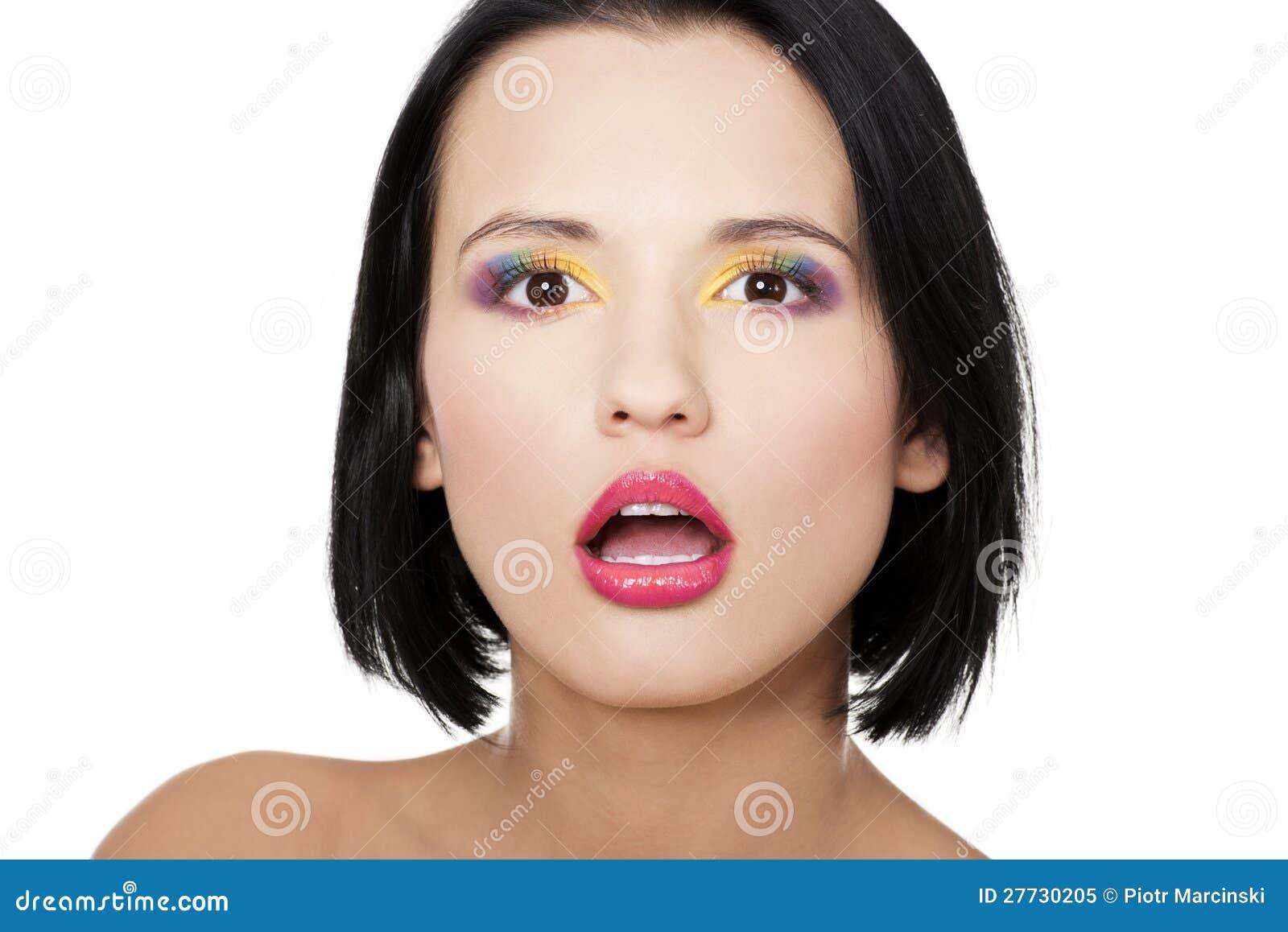 Schöne Frau mit Regenbogenauge bilden
