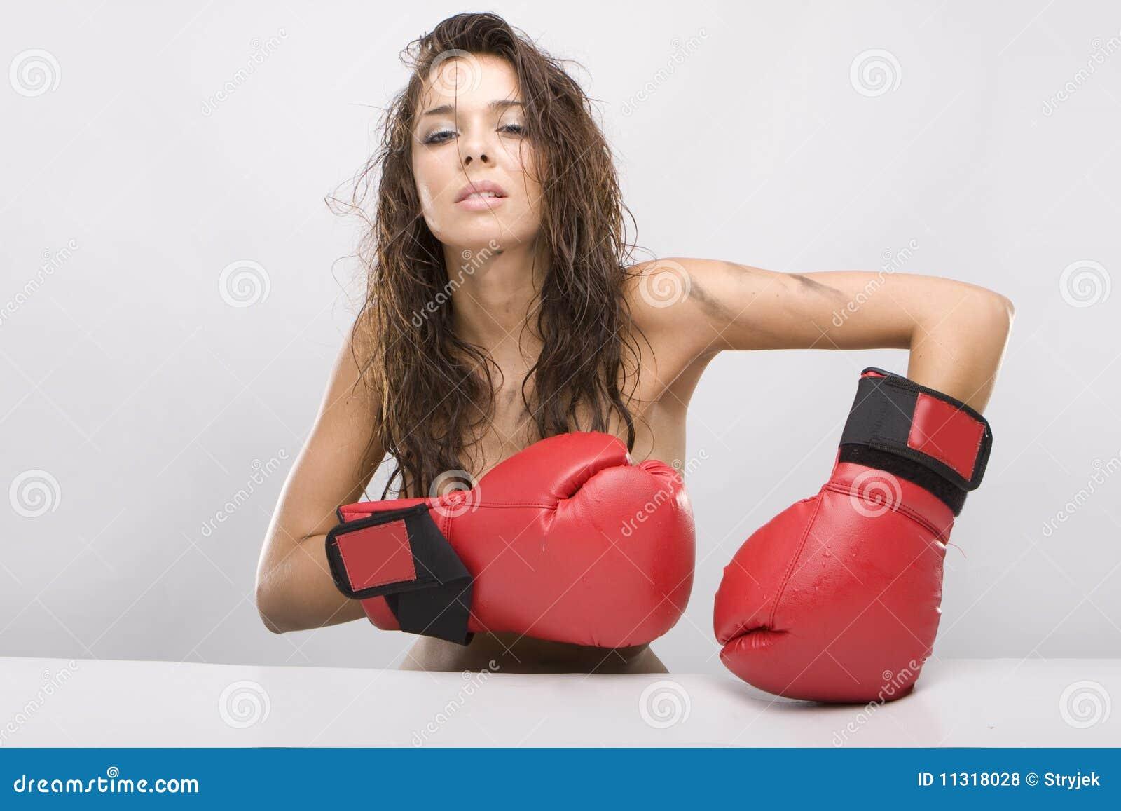 Schöne Frau mit roten Verpackenhandschuhen