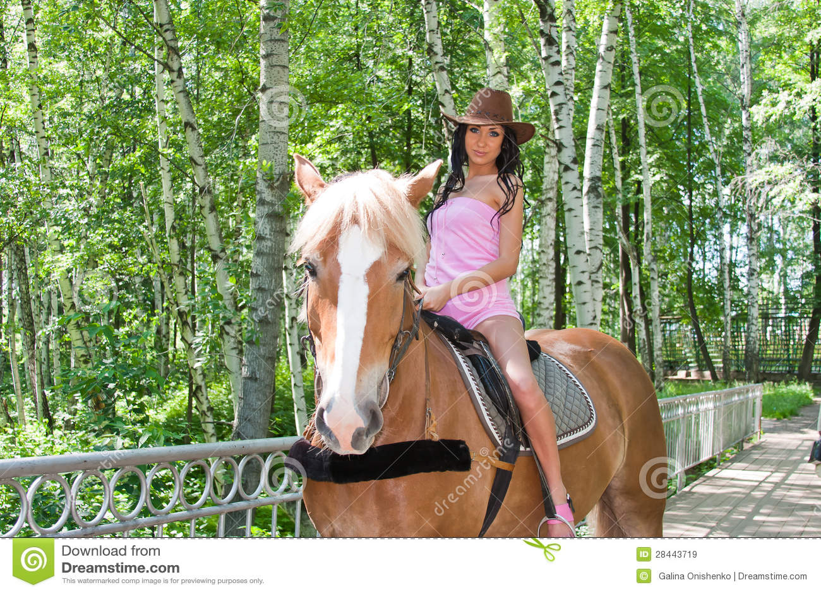 Schöne Frau Sitzt Mit Gespreizten Beinen Auf Einem Pferd Stockbild