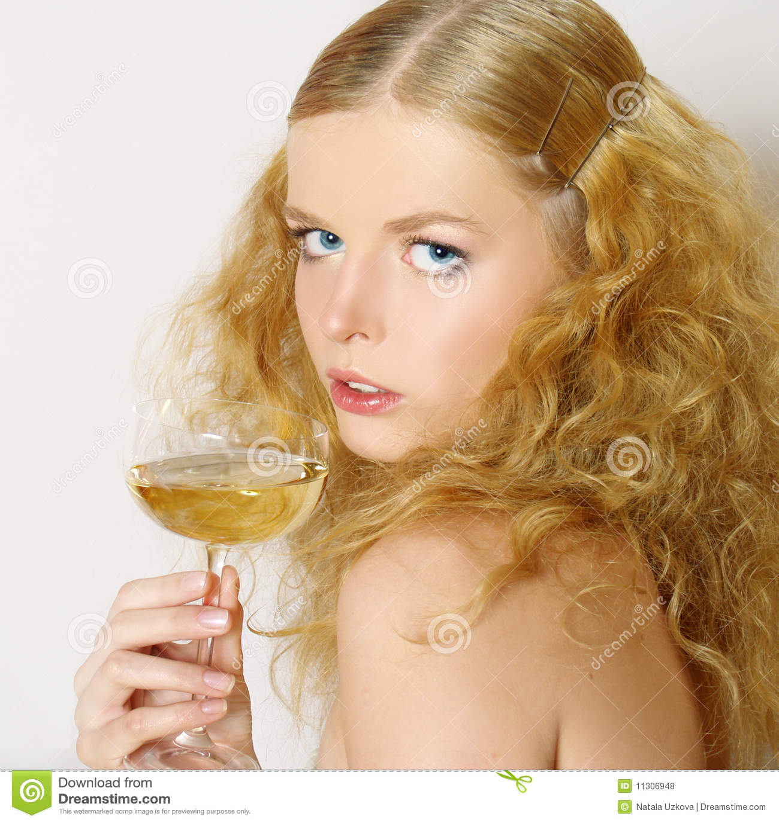 Schöne Frauen mit Glaswein