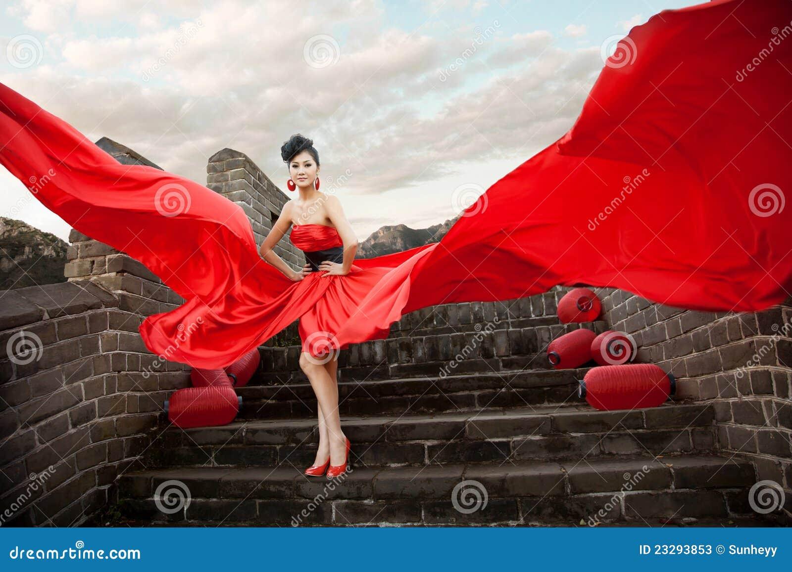 Schöne Frauen mit rotem Tuch
