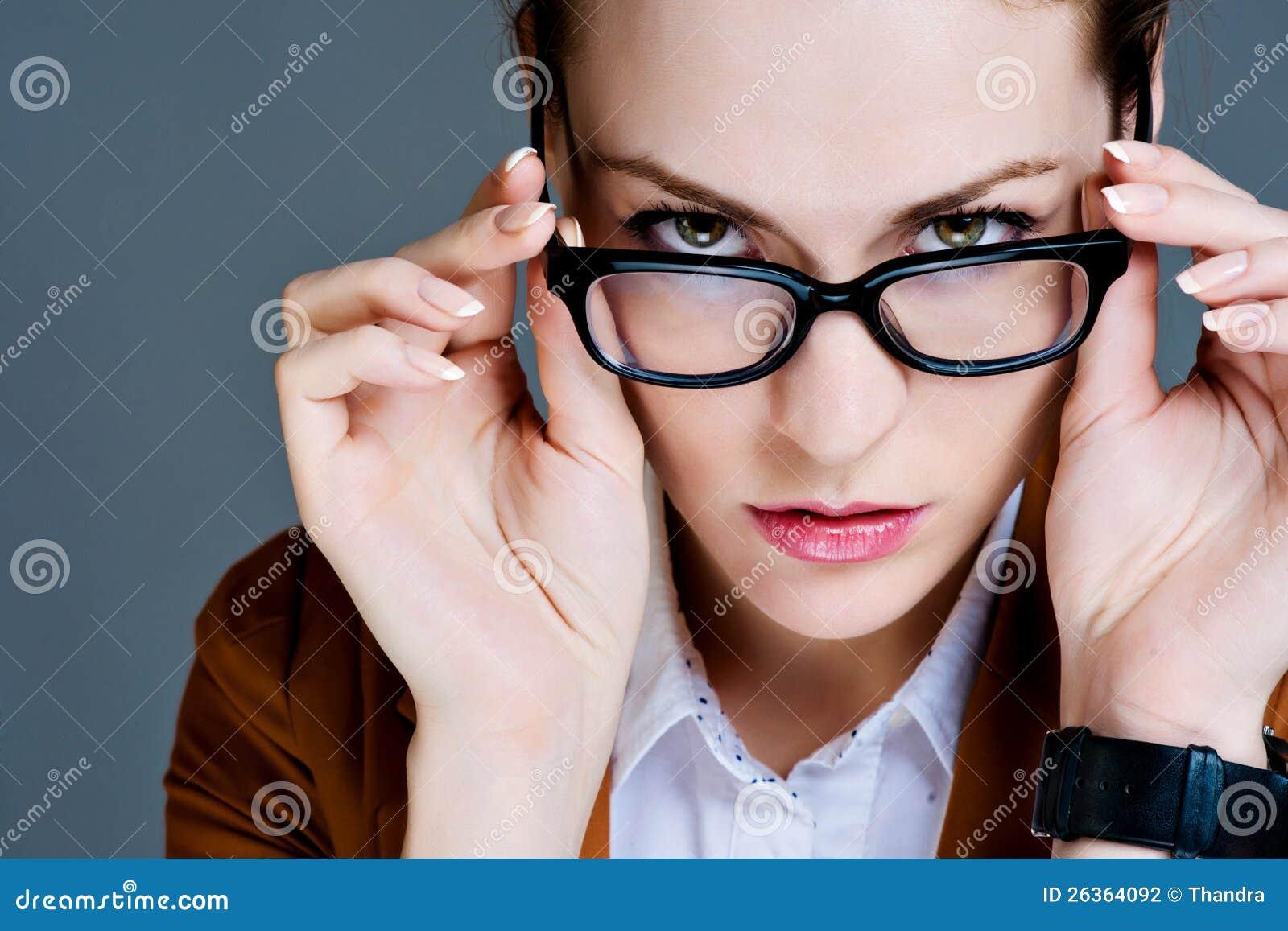 Schöne Geschäftsfrau mit Gläsern