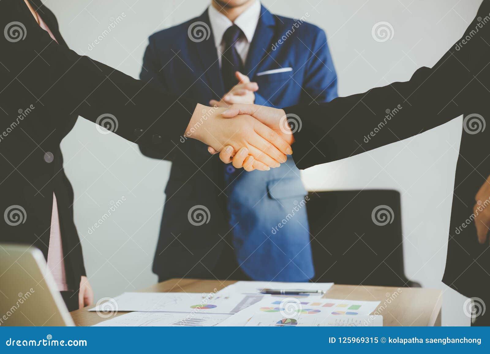 Schöne Geschäftsfrau- und Kundenfrau behandeln das contr