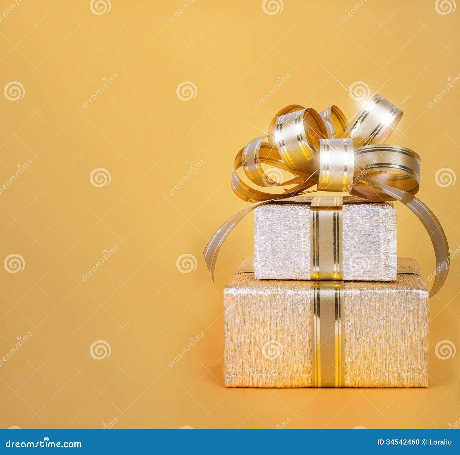 Schöne Geschenkbox im Goldpackpapier
