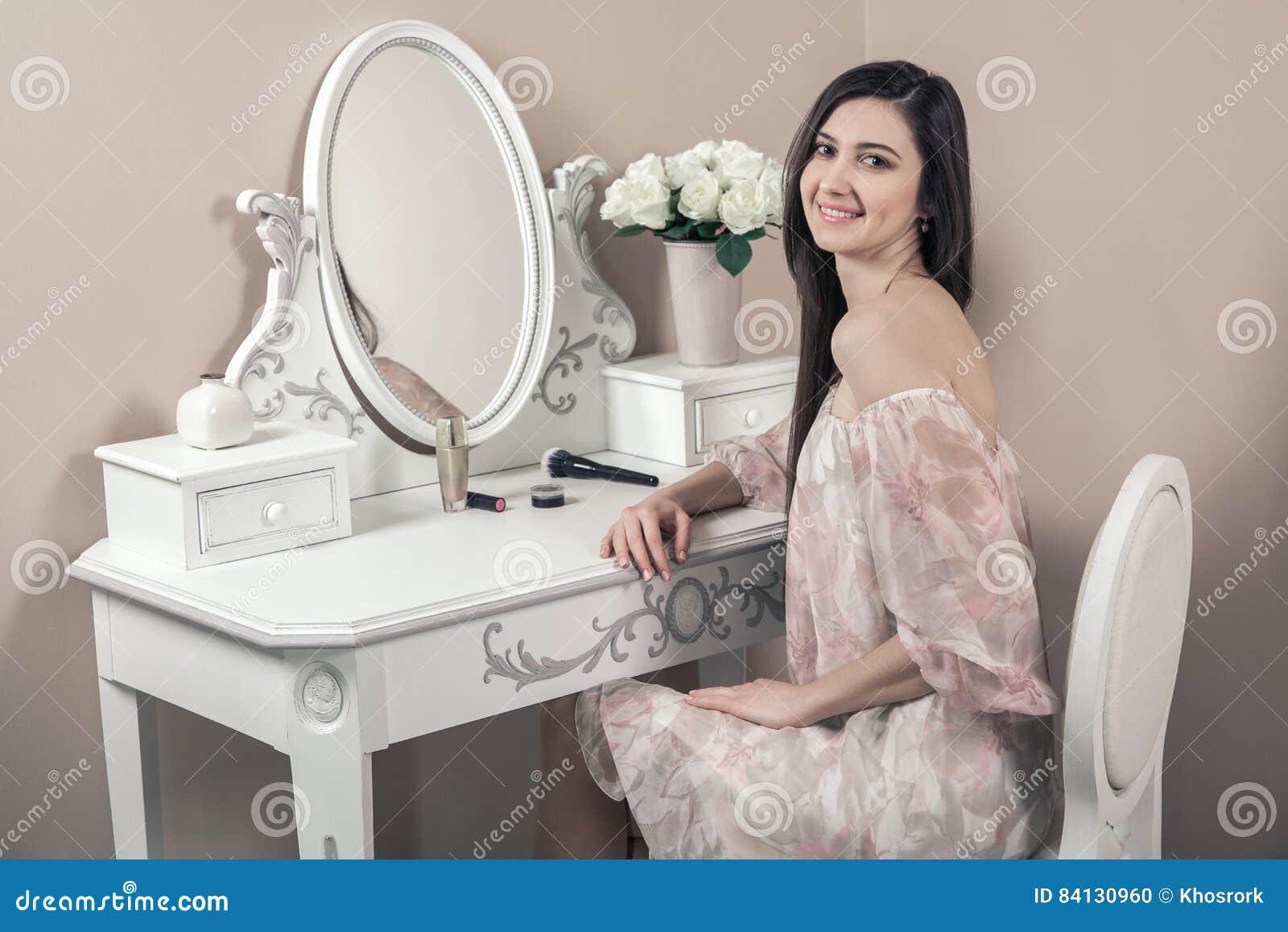 Schöne Glückliche Frau Mit Rosa Kleid Und Dem Langen Schwarzen Haar ...