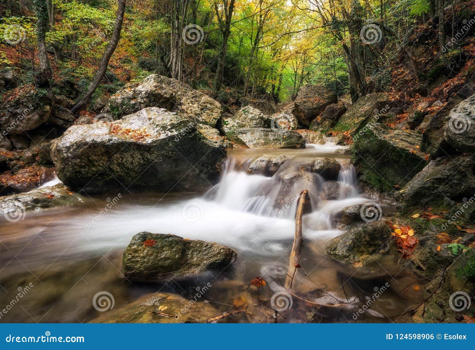 Schöne Herbstlandschaft mit Gebirgsfluss