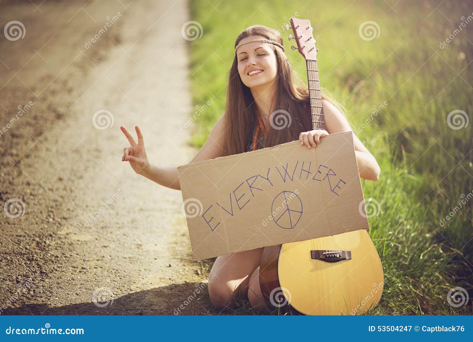 Schöne Hippiefrau auf einer Landstraße