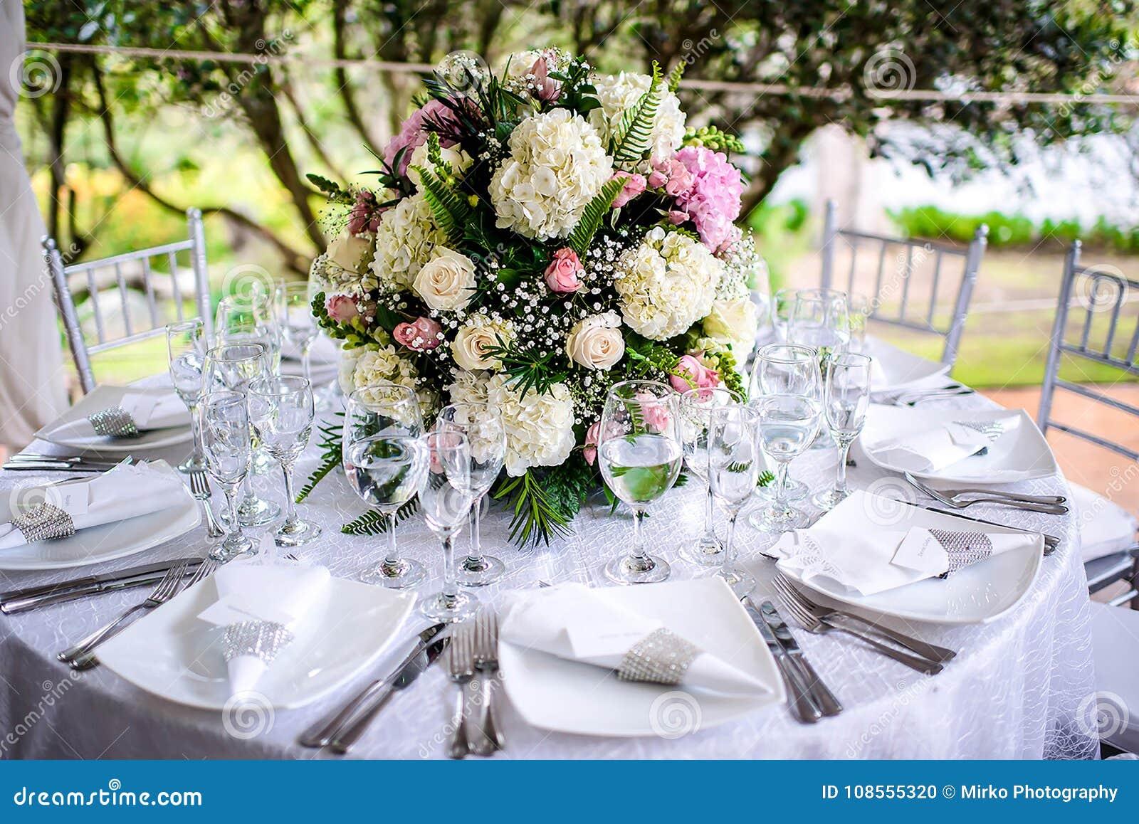 Schone Hochzeits Blumen Anordnungs Gedeck Reihe Stockfoto Bild Von