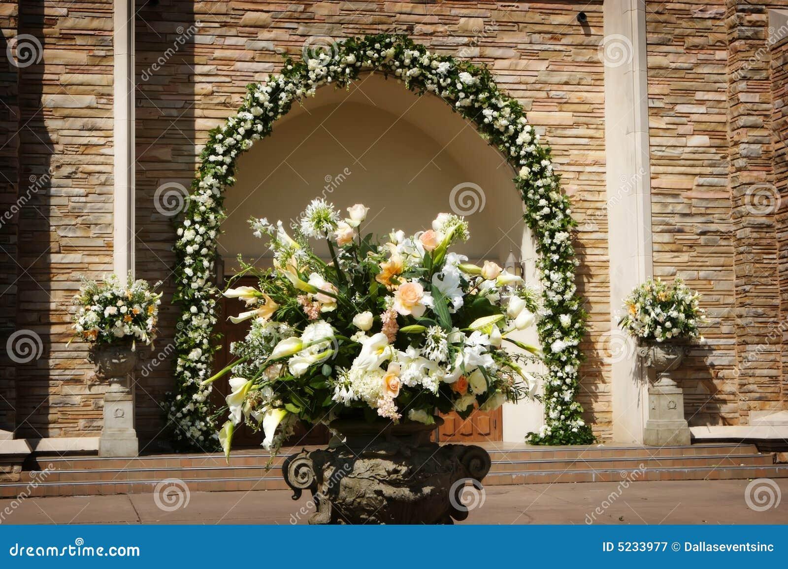 Schone Hochzeitsblumen Ausserhalb Einer Kirche Stockbild Bild Von
