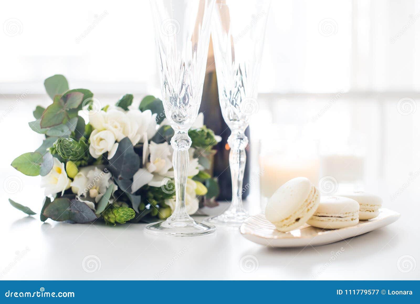 Schone Hochzeitsdekoration Mit Dem Champagner Und Blumen Elegant