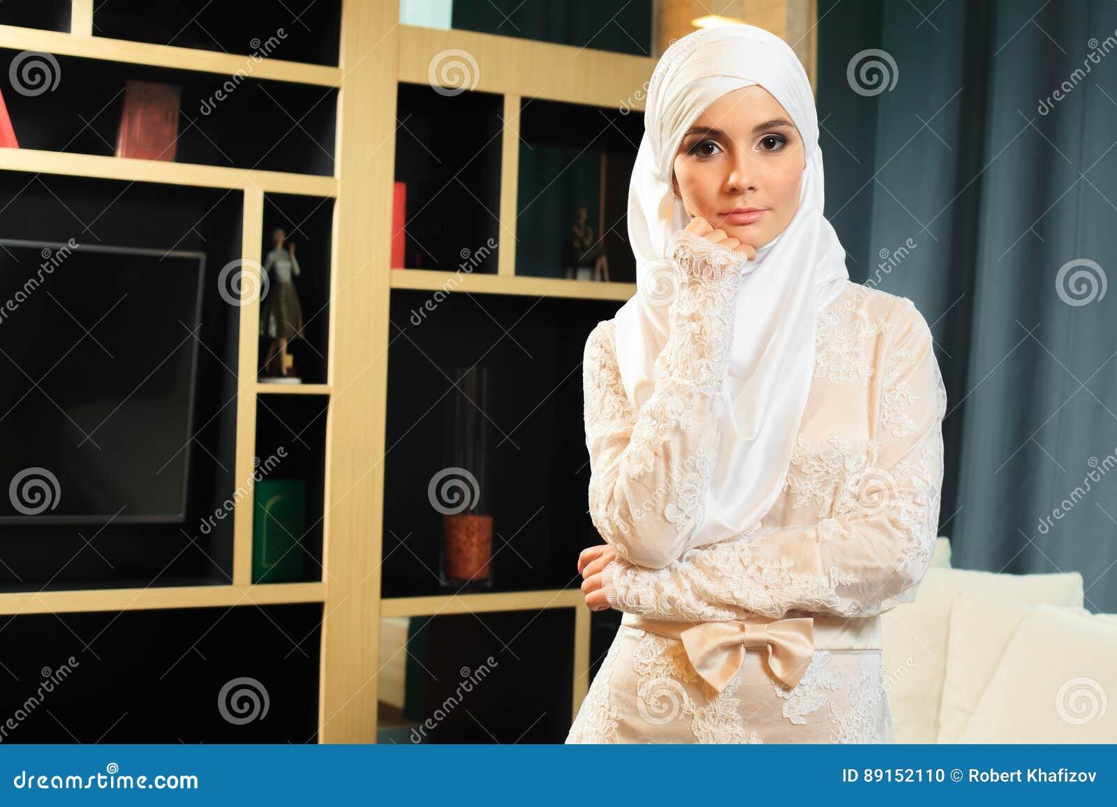Schöne Islamische Frau Im Traditionellen Hochzeitskleid, Zu Hause ...
