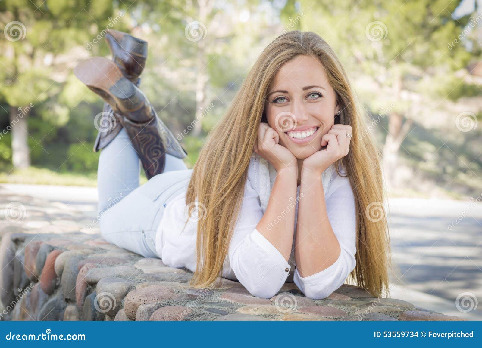 Schöne Jugendlich Frauen Tragende Stiefel Draußen Stockfoto Bild