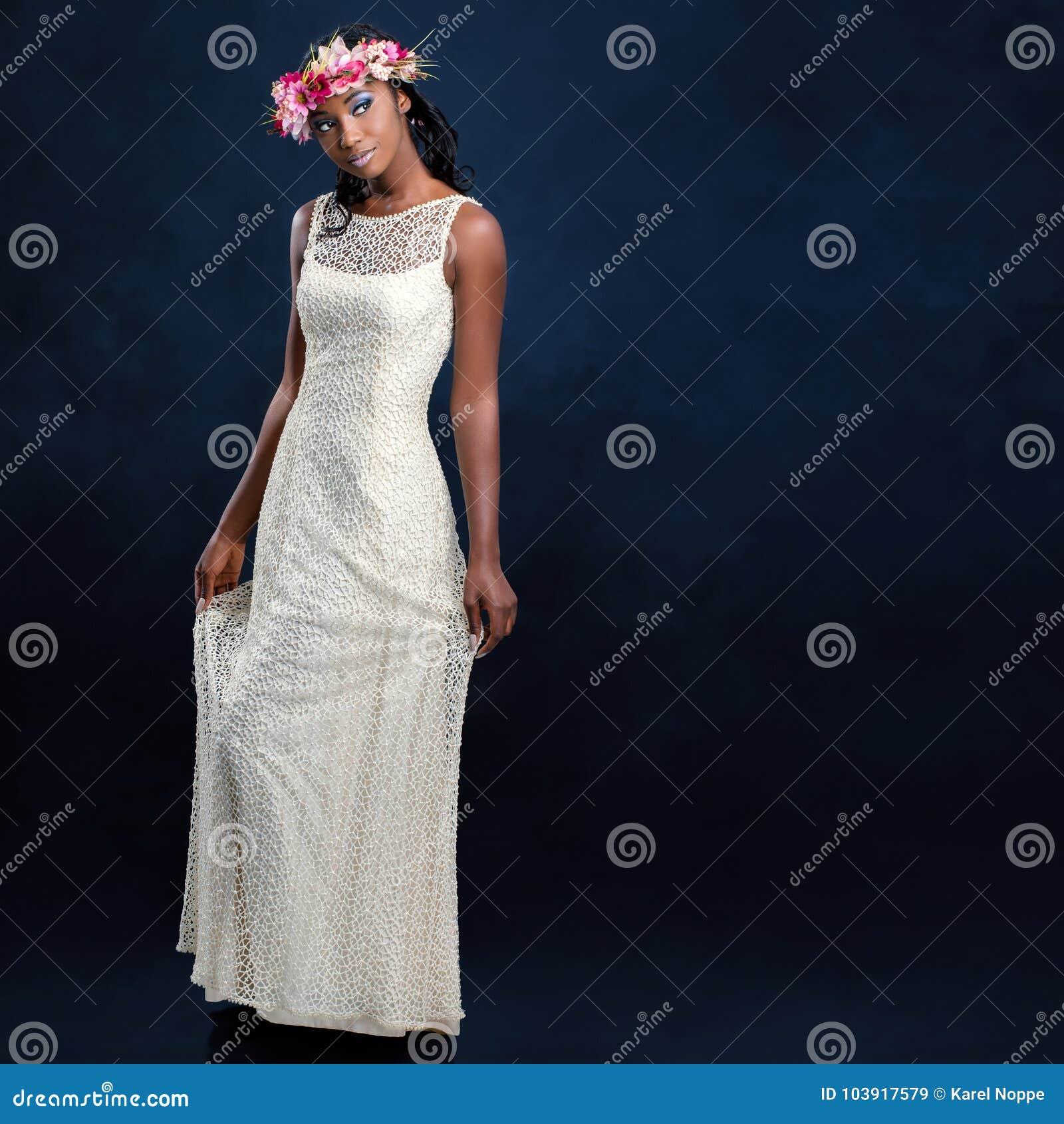 Schöne Junge Afrikanische Braut Im Weißen Hochzeitskleid Stockbild