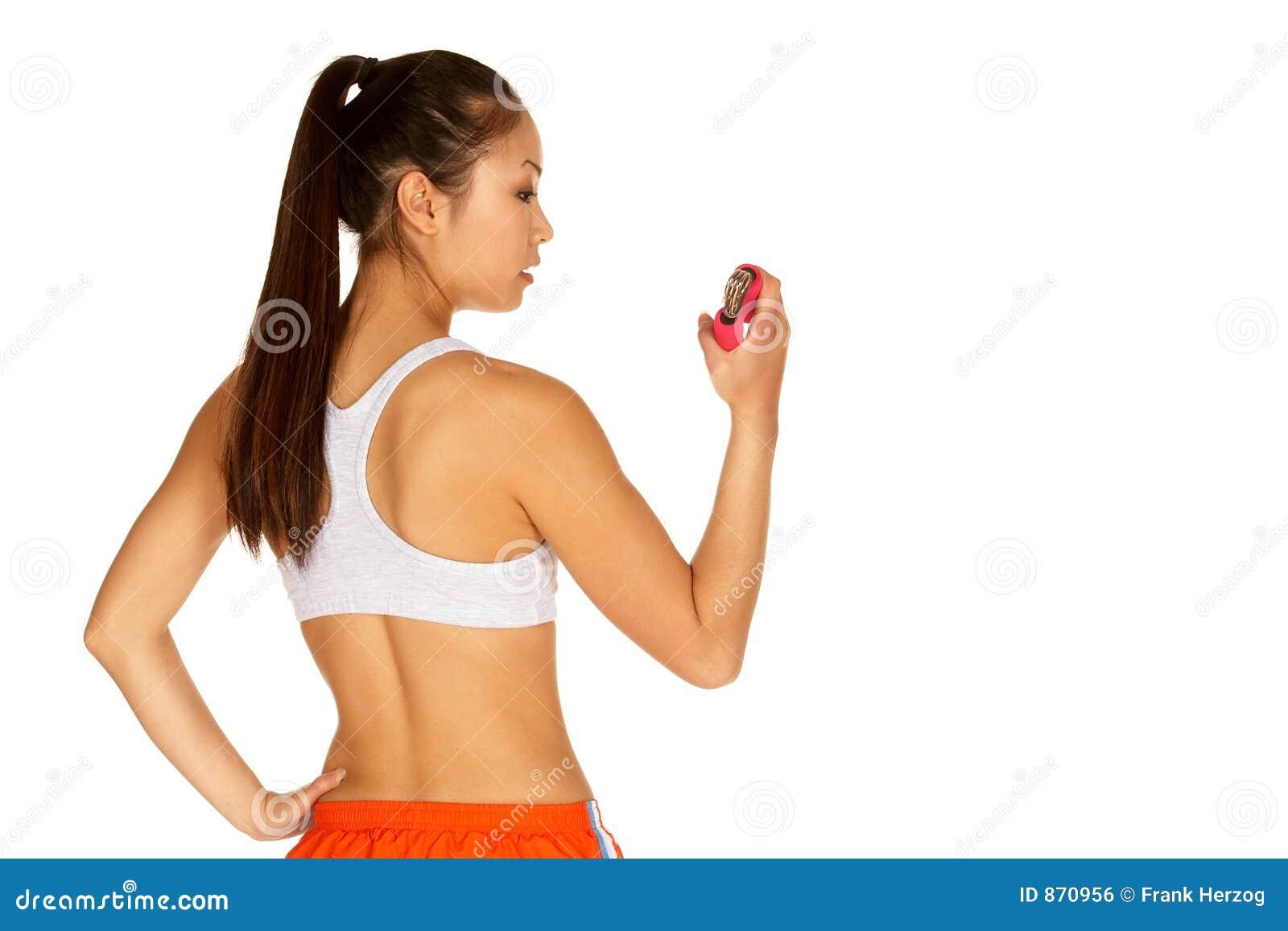 Schöne junge asiatische Frau im Sport-Büstenhalter mit der Hand GR