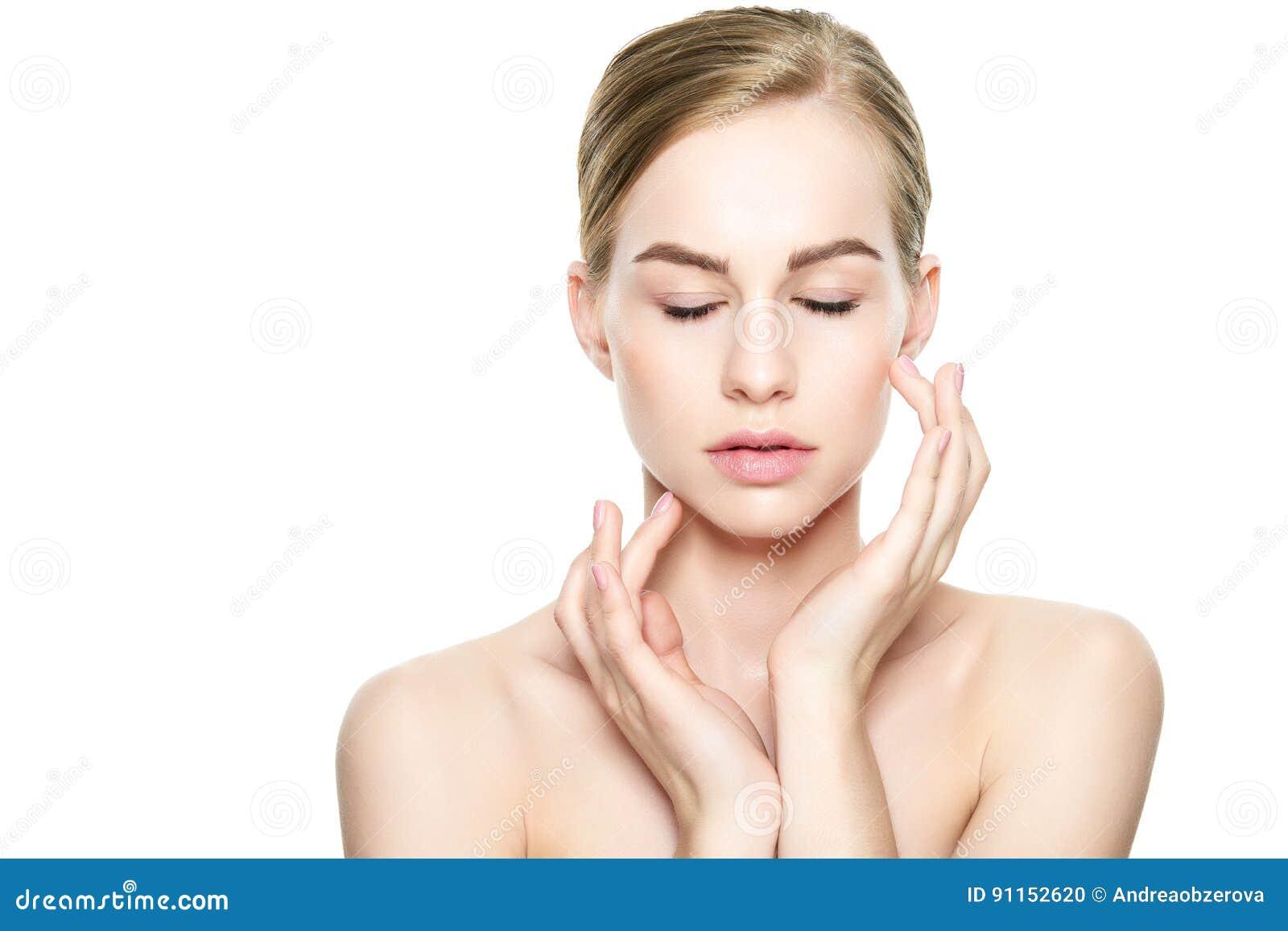 Schöne junge blonde Frau mit der perfekten Haut, die ihr Gesicht berührt Gesichtsbehandlung Cosmetology, Schönheit und Badekurort