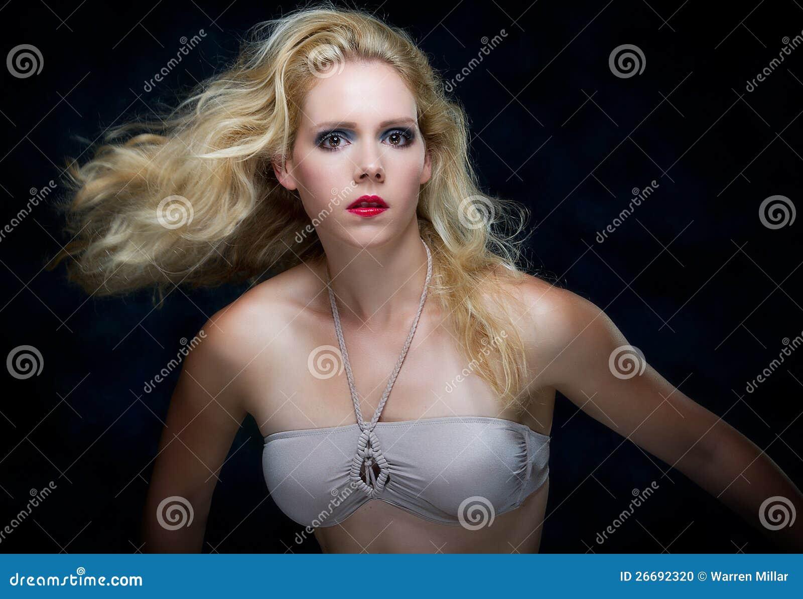 Schöne junge blone Frau