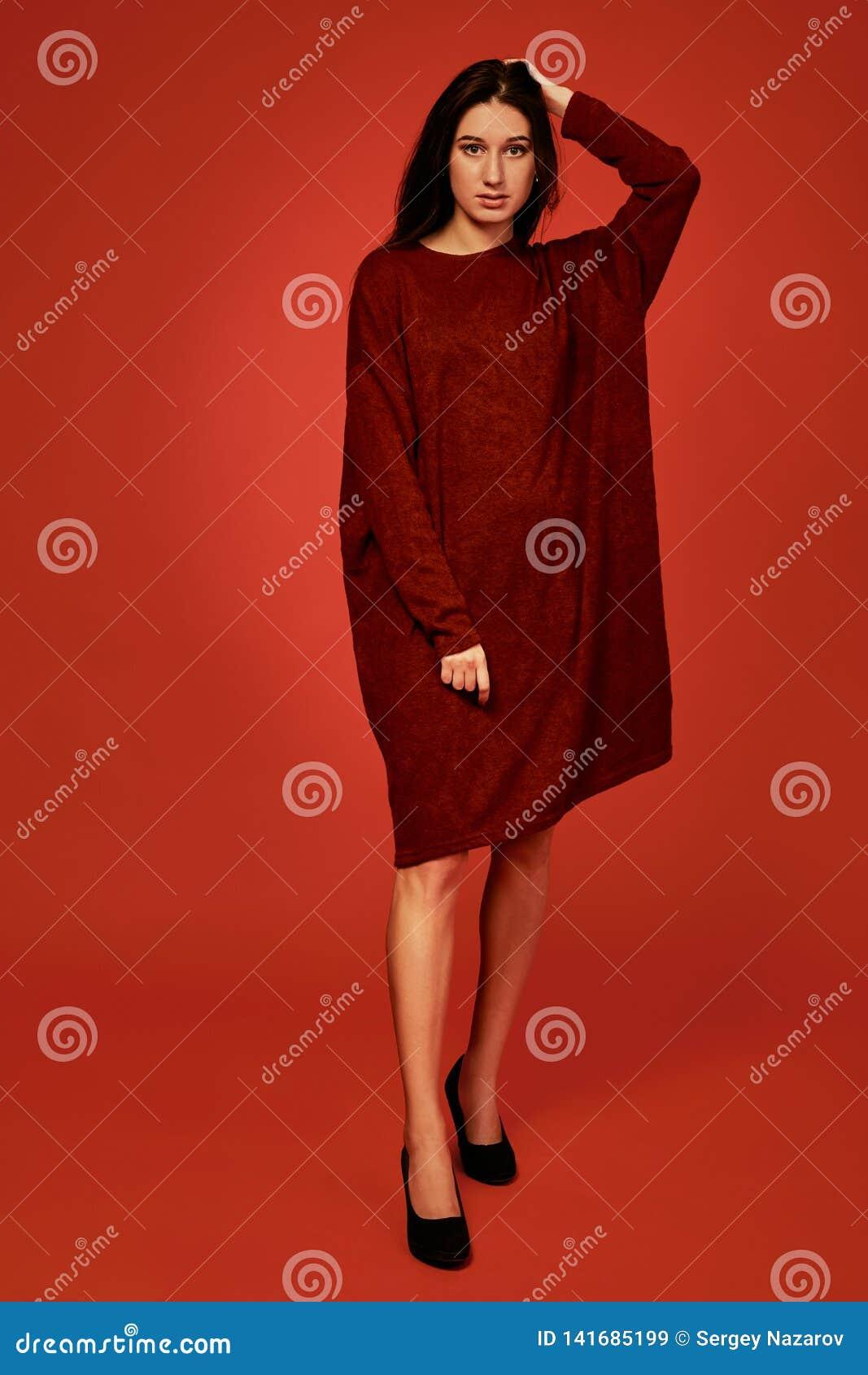 Schöne junge brunette Frau in nettem Sommer boho Kleid, werfend in einem Studio auf Modefrühlings-Sommerfoto
