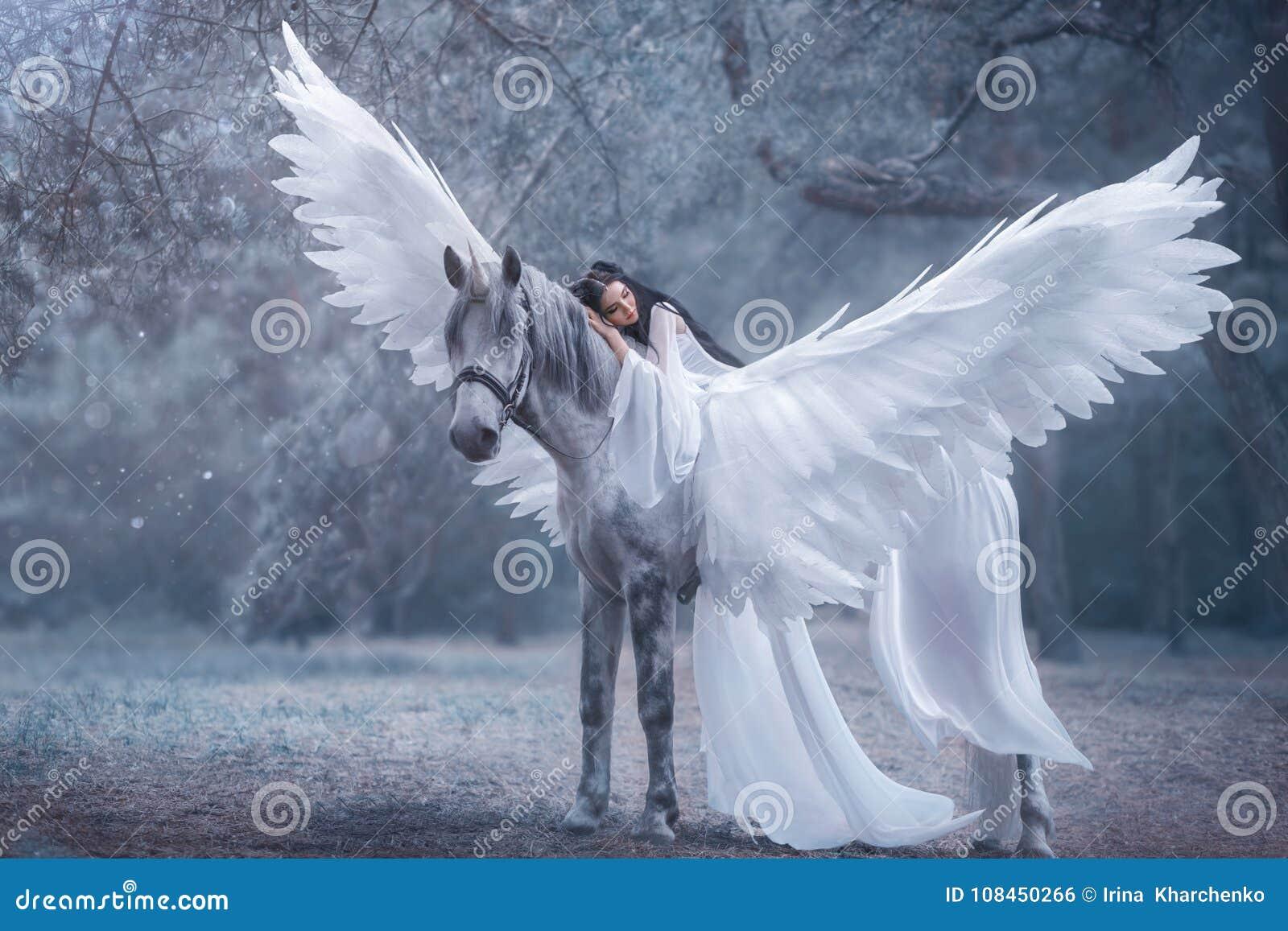 Schöne, junge Elfe, gehend mit einem Einhorn Sie trägt ein unglaubliches Licht, weißes Kleid Das Mädchen liegt auf dem Pferd Slee