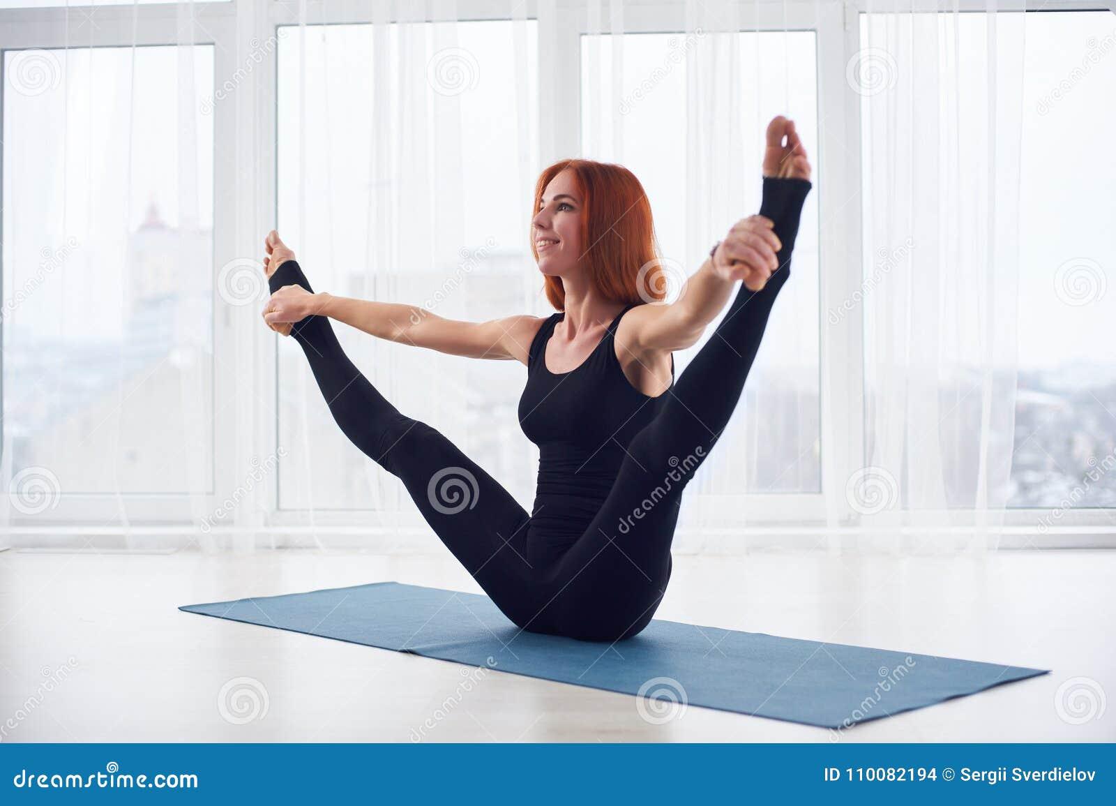 Schöne Junge Frau übt Yoga Asana Urdhva Upavistha Konasana Am ...