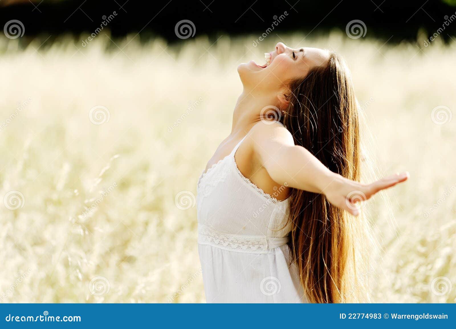 Schöne junge Frau auf einem geöffneten Gebiet