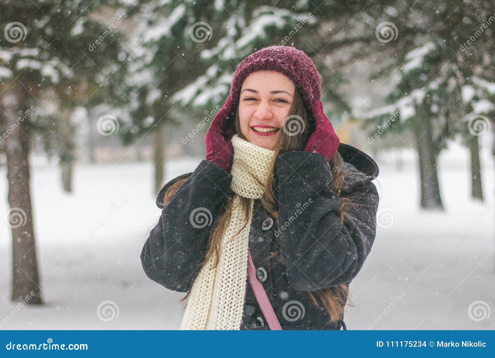 Schöne junge Frau, die draußen lacht
