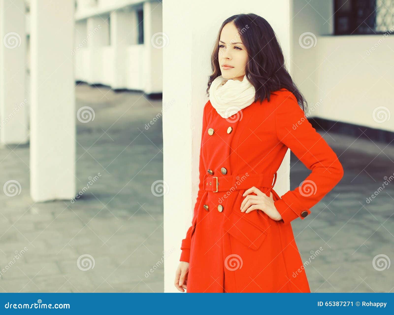 76375db676aa2b Schöne Junge Frau