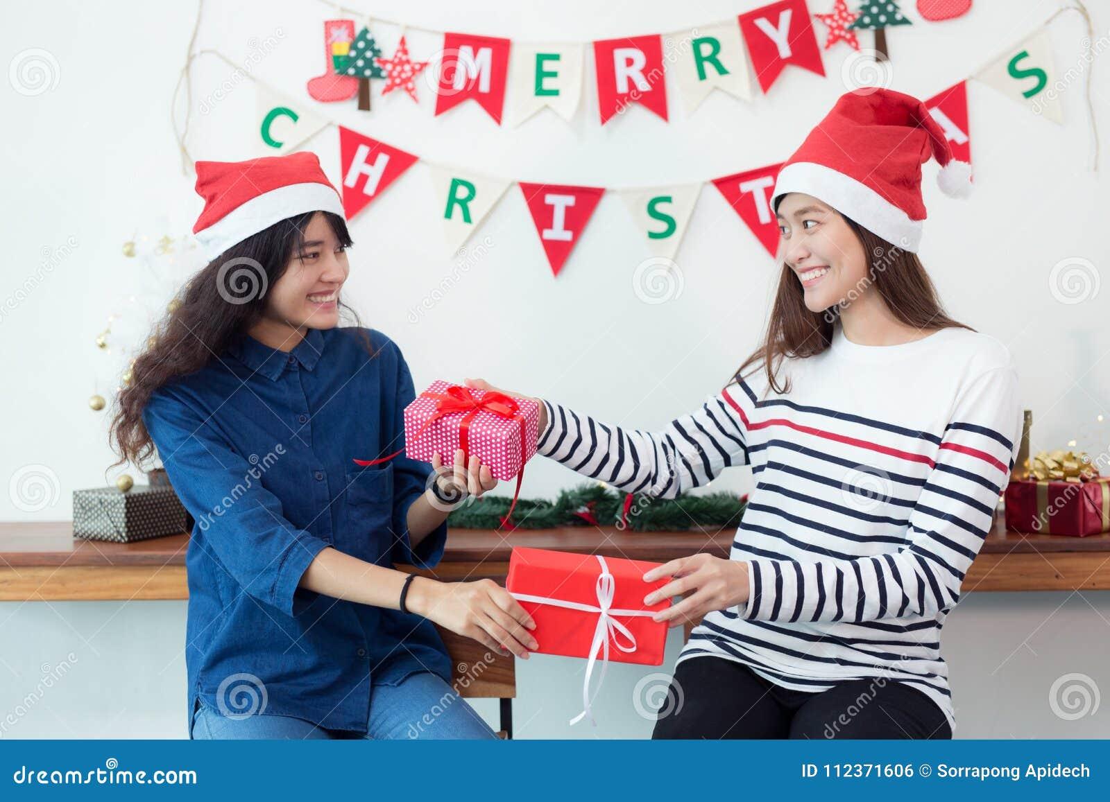 Schöne junge Frau feiert zu Hause, Frau gibt hallo