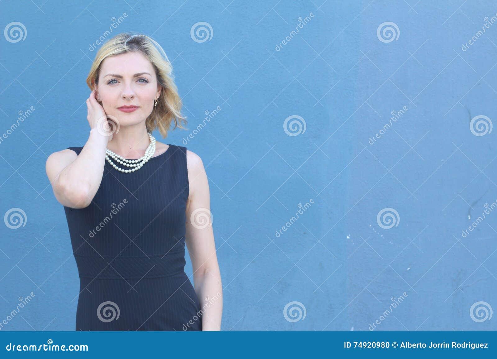 Schöne Junge Frau Im Cocktailkleid Auf Dem Blauen Hintergrund, Der ...