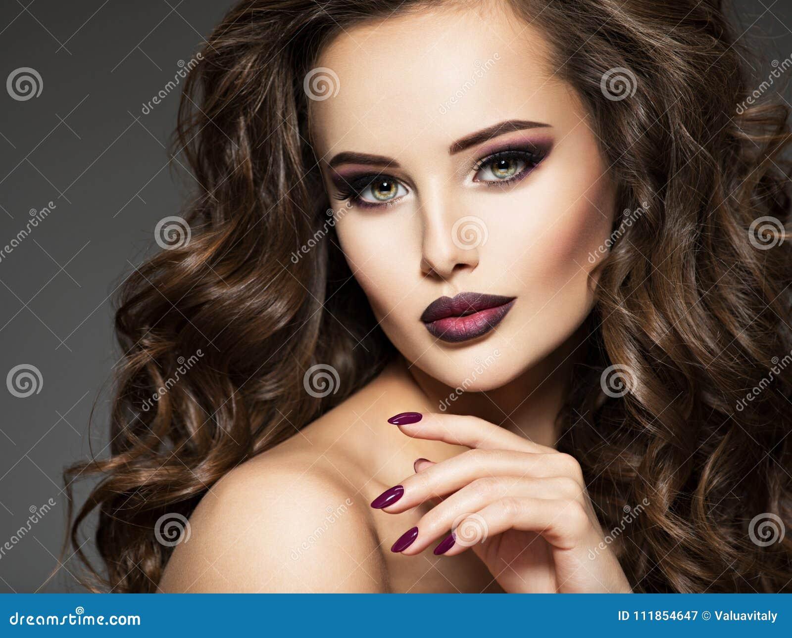 Schone Junge Frau Mit Langer Gelockter Frisur Stockbild Bild Von