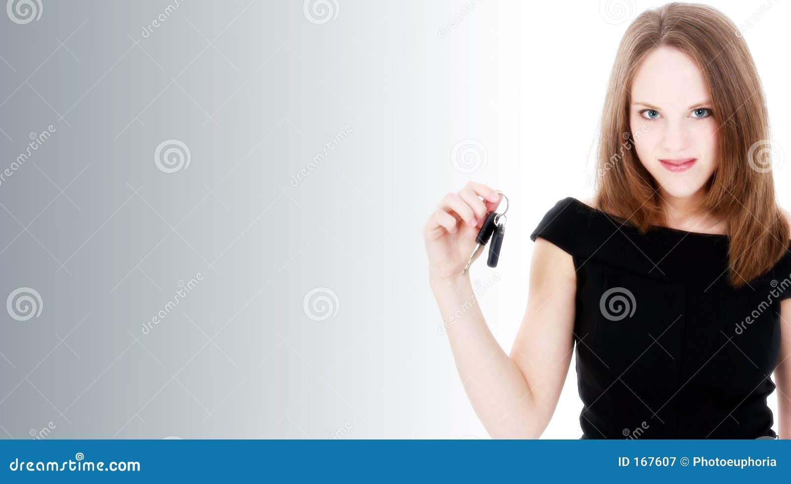 Schöne junge Frau mit neuen Auto-Tasten