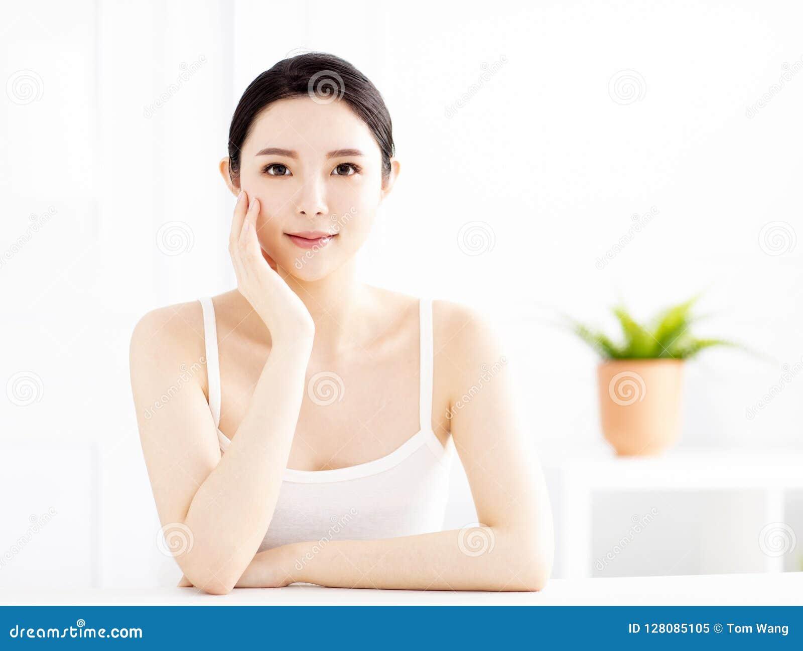 Schöne junge Frau mit sauberer perfekter Haut