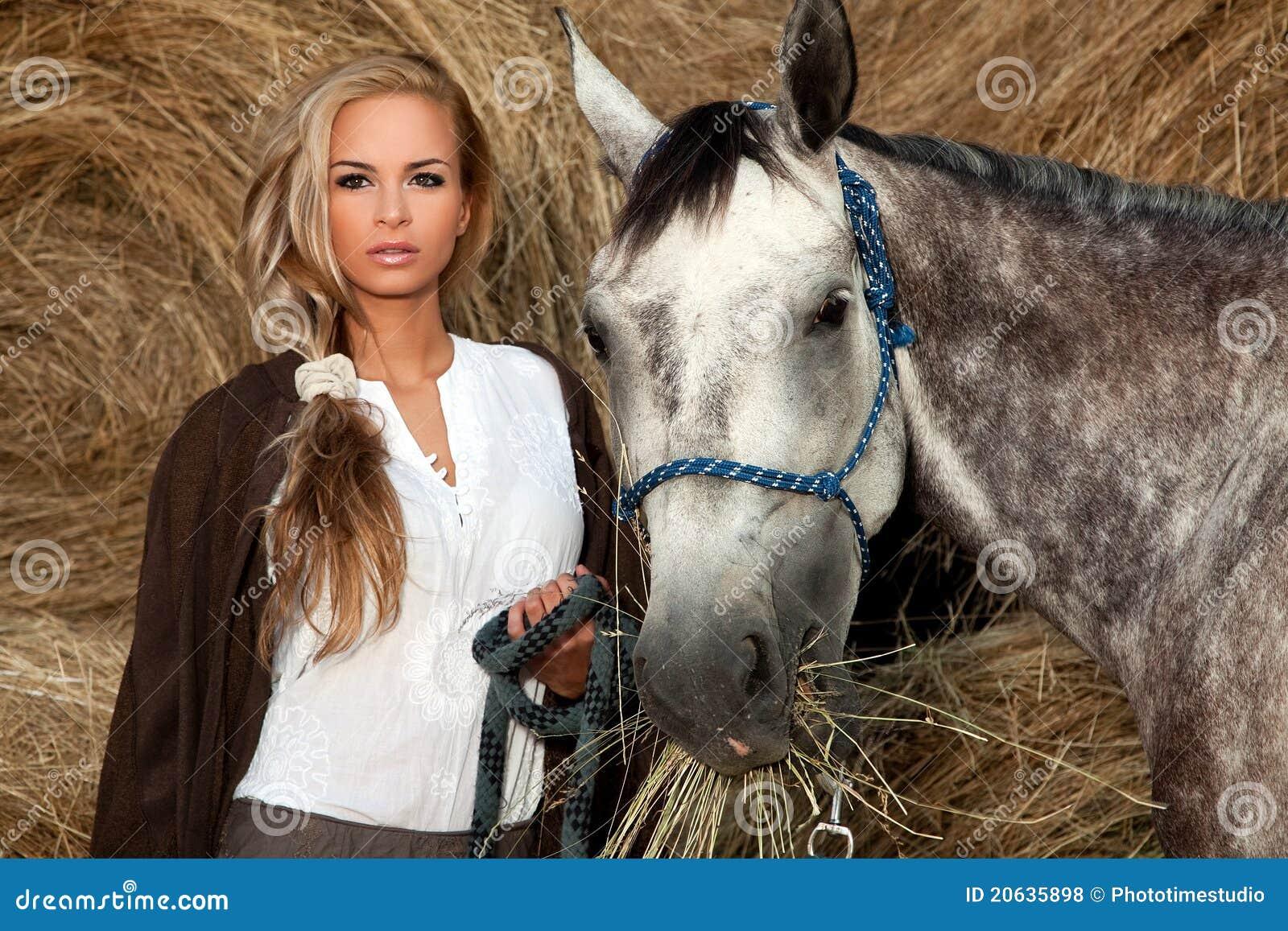 Schöne junge Frau u. Pferd stockfoto. Bild von geerntet