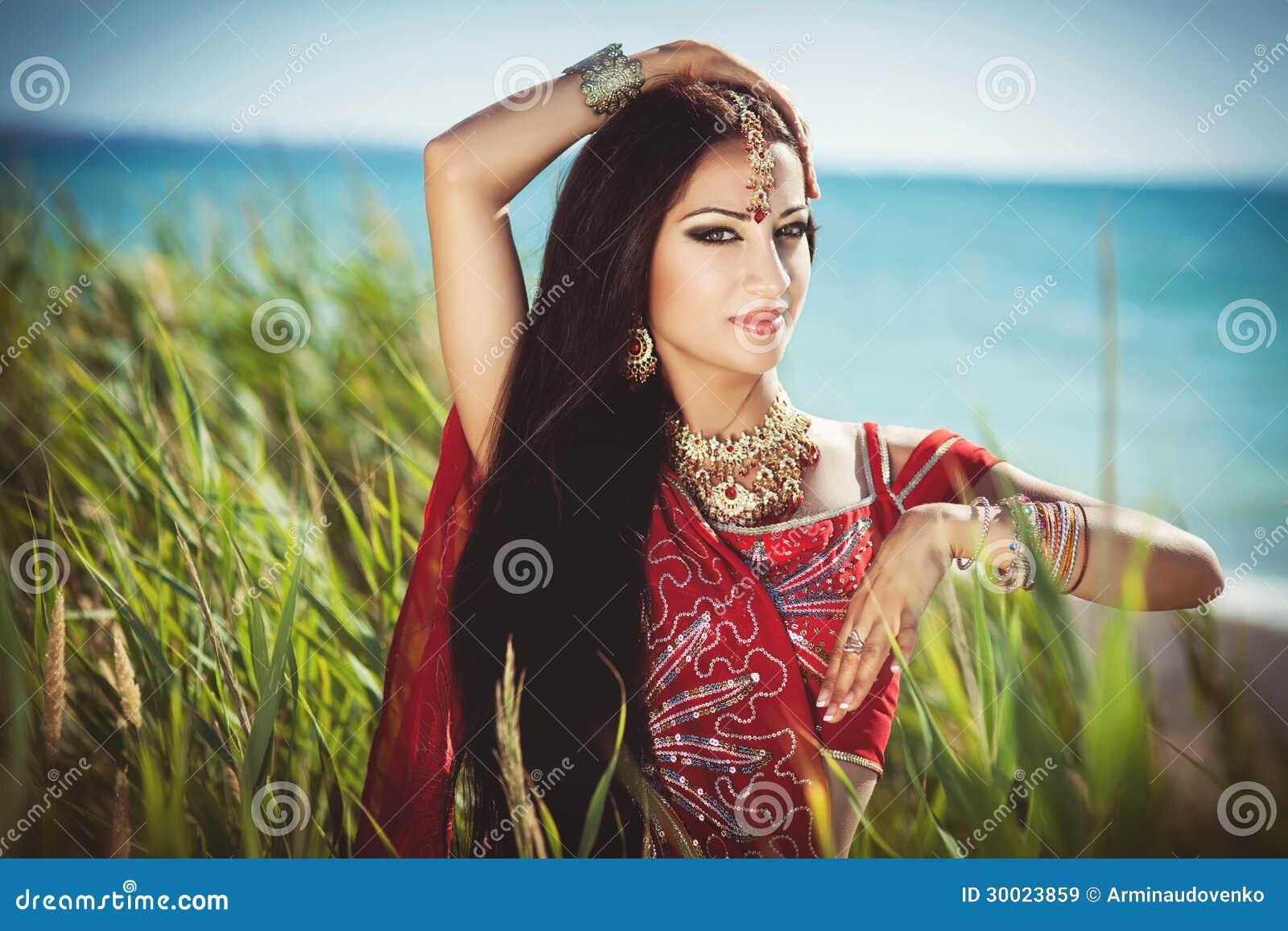 Schönes indisches Frau bellydancer. Arabische Braut.