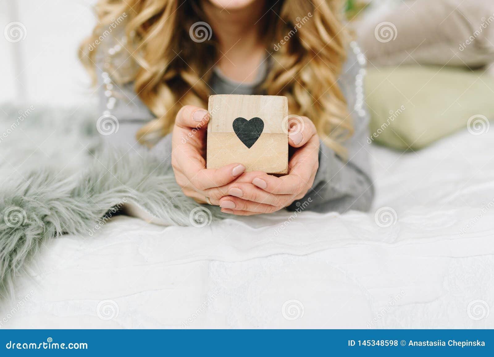 Sch?ne junge kaukasische europ?ische Frau, die Herz, das Symbol der Liebe h?lt
