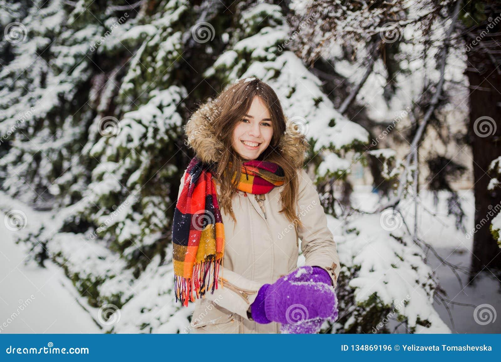 Schöne junge kaukasische Leute haben die Freude am Glück und Spaß im Winter in einem schneebedeckten Wald Sculpt, um Hände herzus
